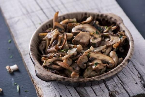 Салат из кальмара с грибами и орехами