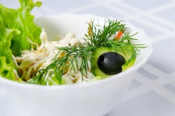 Салат из кальмаров с грибами и орехами